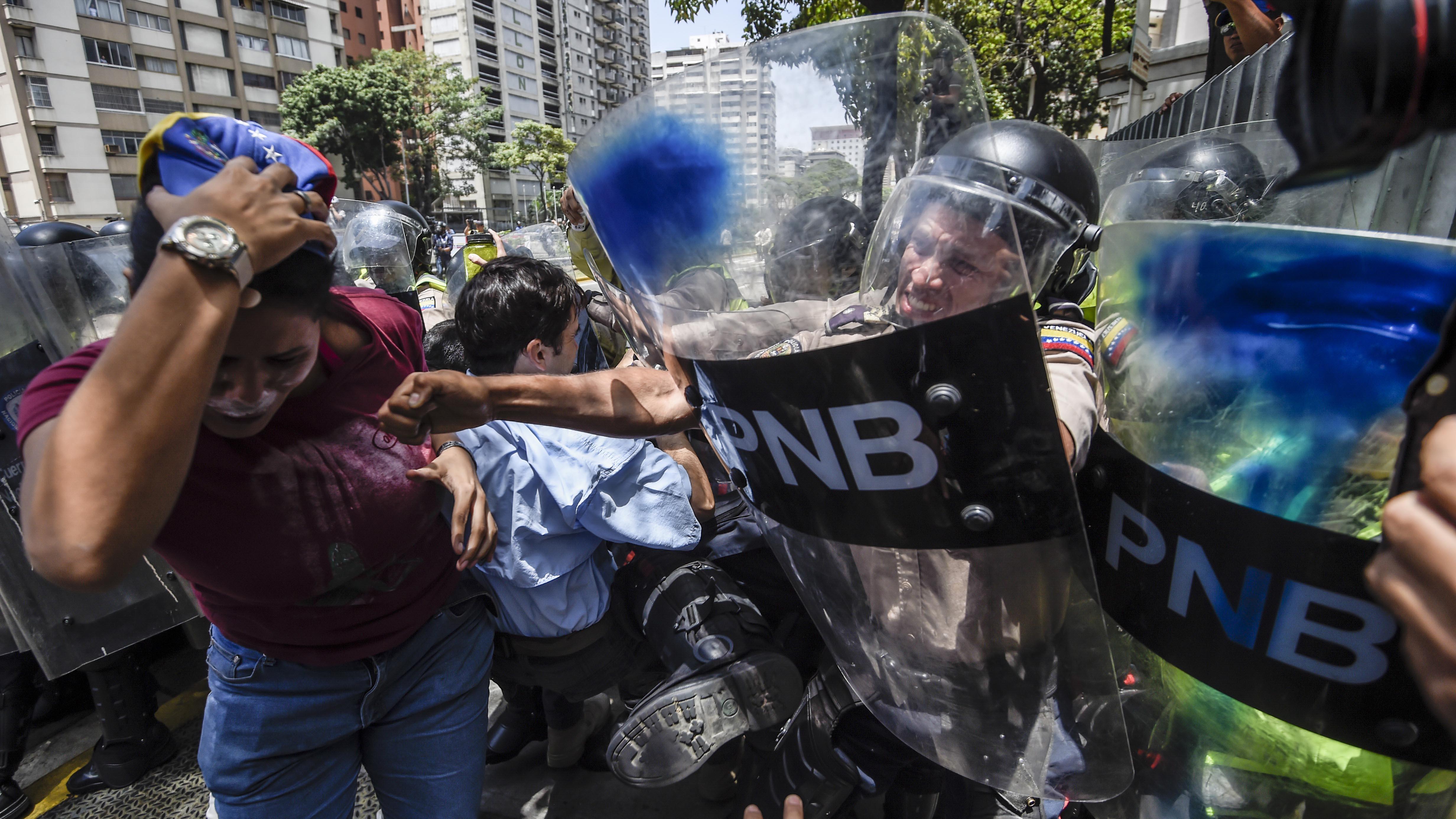 Las fuerzas de la represión del gobierno venezolano impidieron a las opositores llegar hasta la Asamblea Nacional.