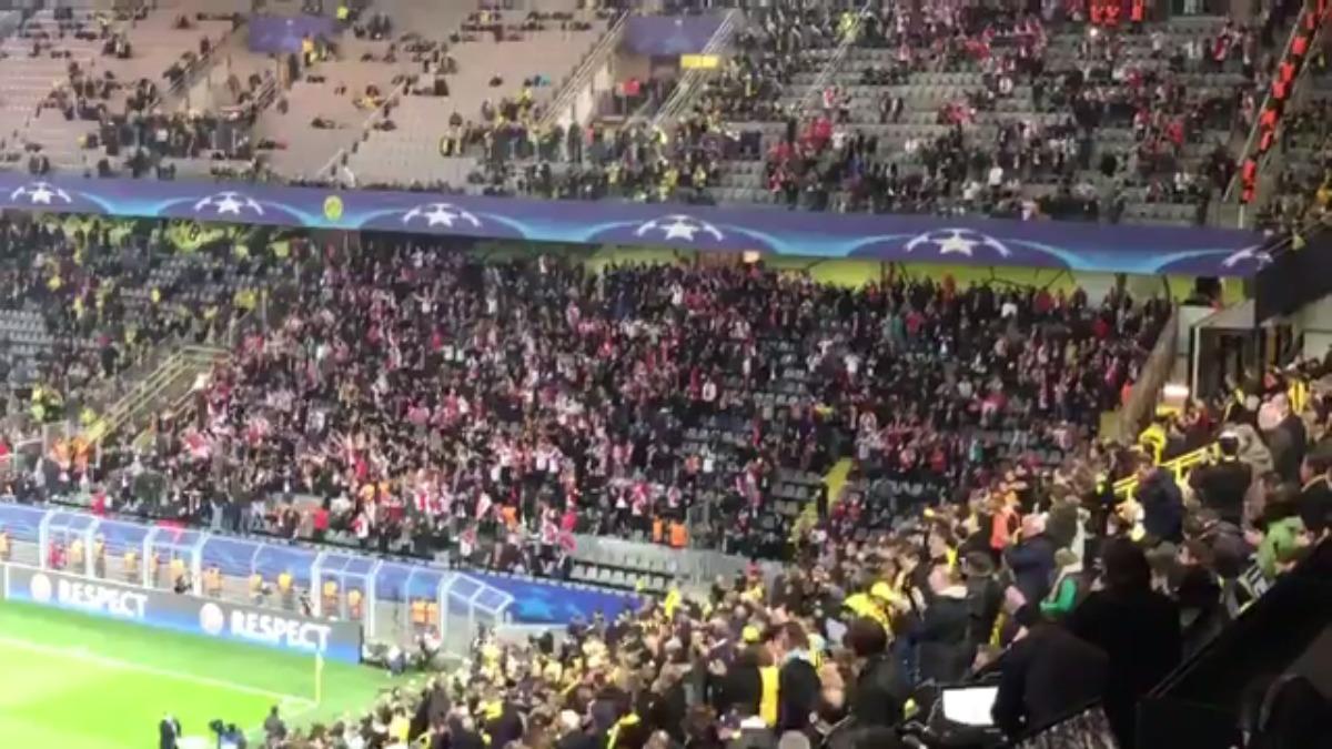 Los hinchas del Mónaco hicieron barras a Dortmund cuando se enteraron de que el partido se suspendió.
