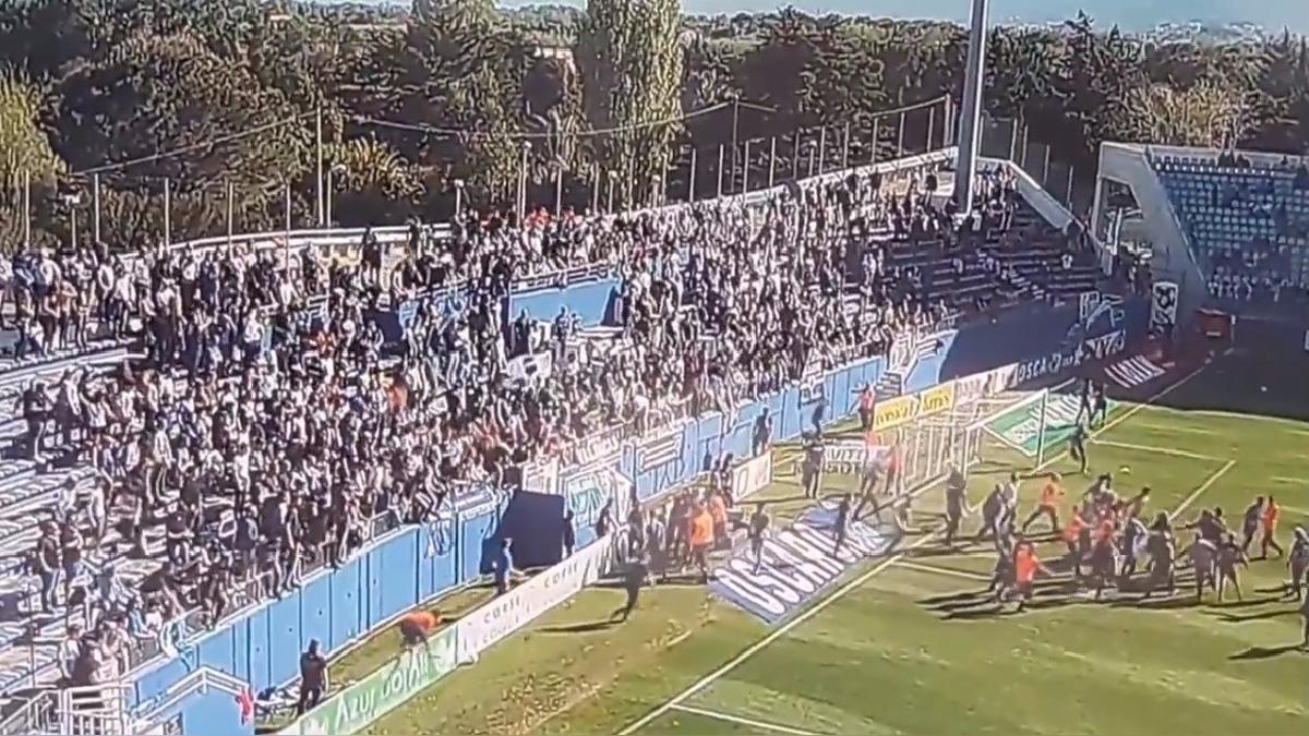Los hinchas del cuadro local invadieron el campo con facilidad y fueron directamente hacia los futbolistas.