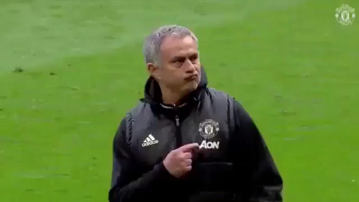 El gesto de Mourinho fue captado por las cámaras de transmisión.