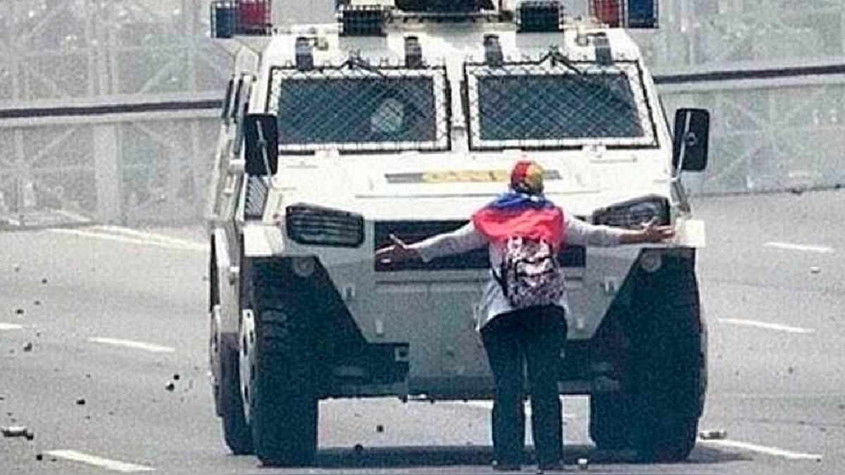 La mujer se enfrentó a la tanqueta en la marcha realizada este miércoles en la capital de Venezuela.