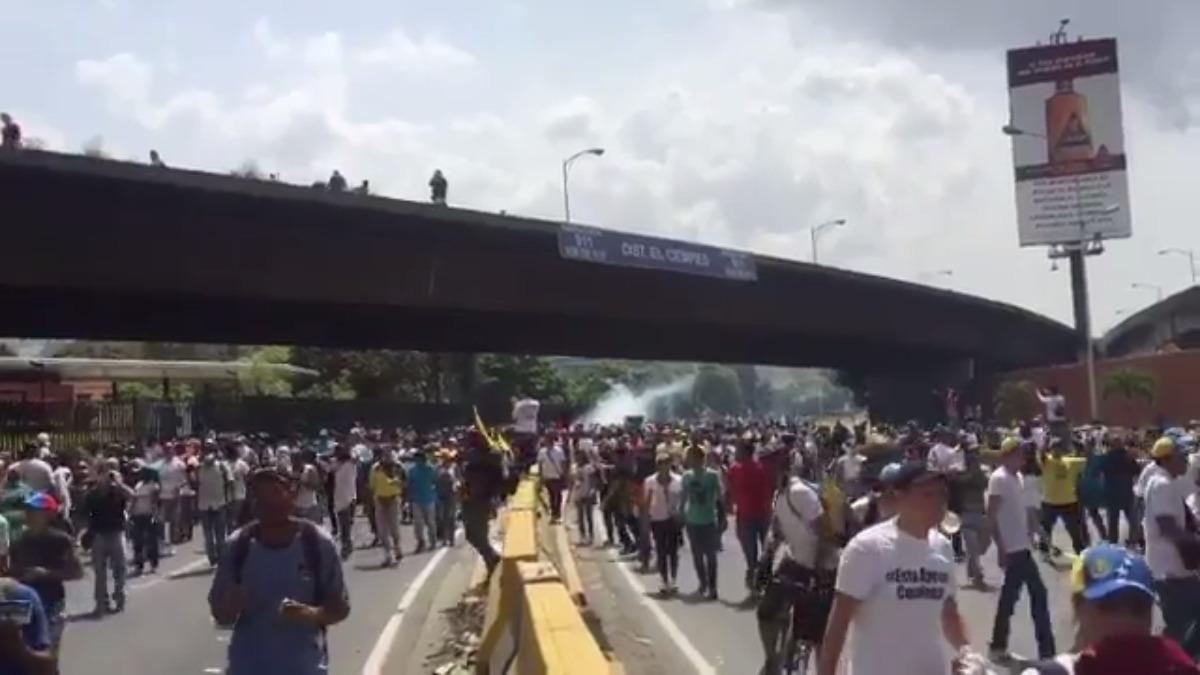 La protesta fue detenido con bombas lacrimógenas.