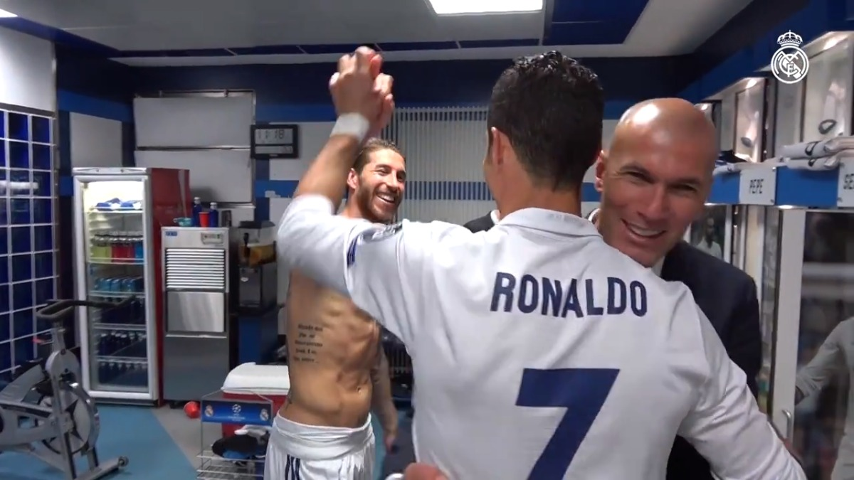 Cristiano Ronaldo fue felicitado por cada uno de sus compañeros en los vestuarios.