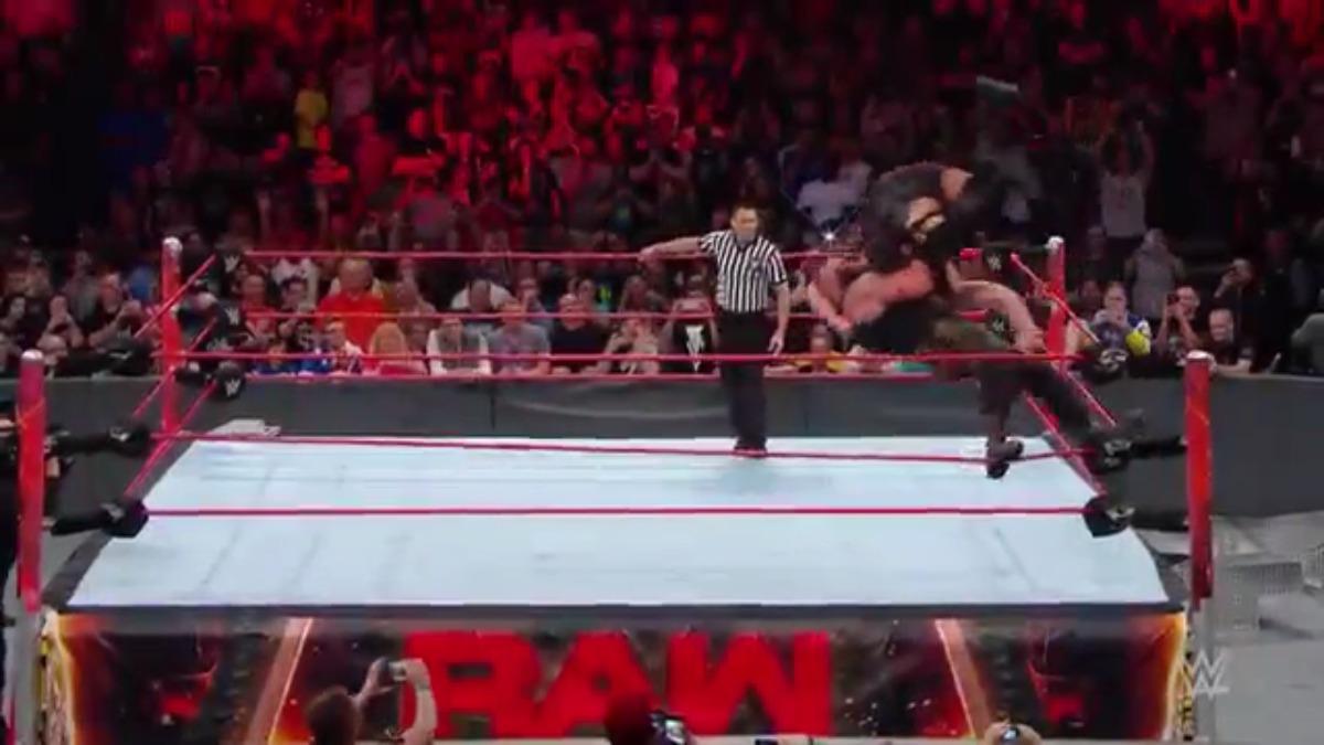 Braun Strowman aplica el peligroso suplex con ayuda de la altura de la tercera cuerda para destrozar el ring.