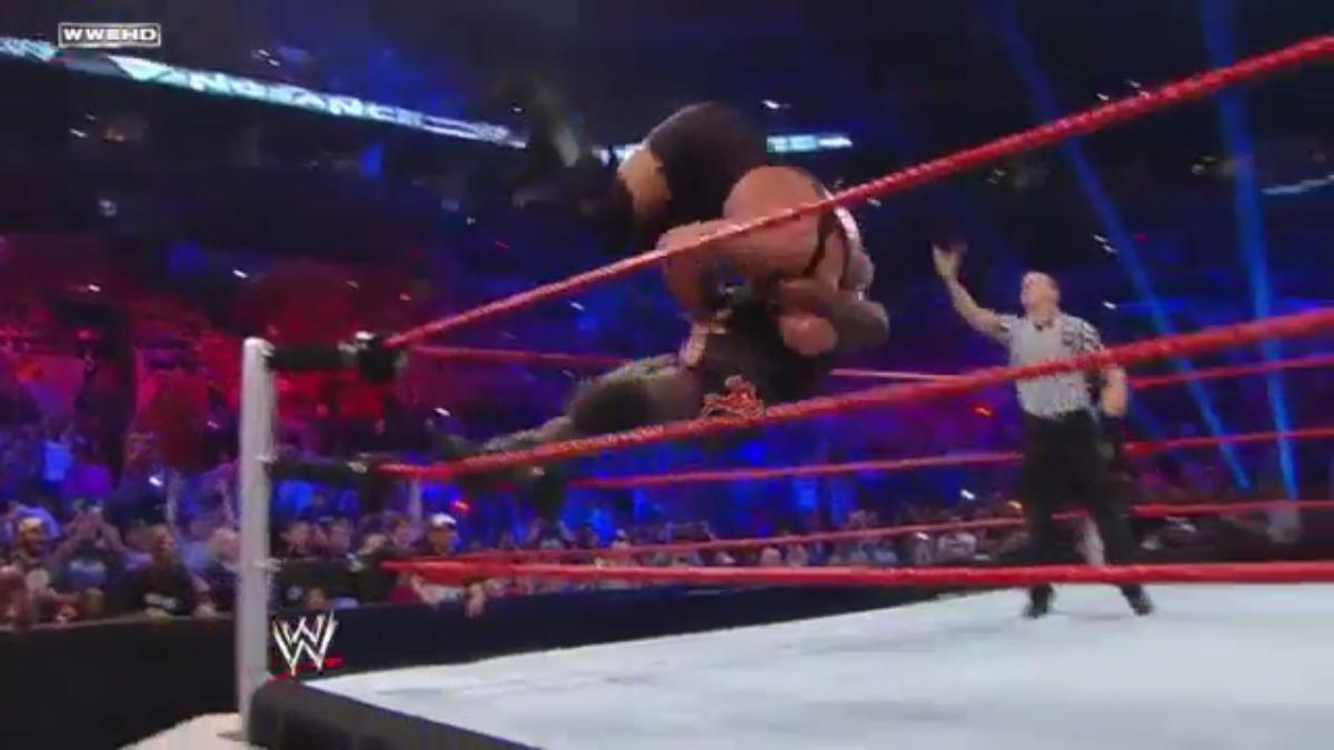 Mark Henry aplica el superplex y destroza el ring con el cuerpo del Big Show.