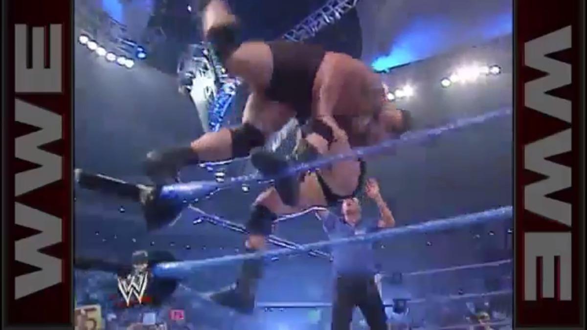 La bestia encarnada fue el primero en aplicar este recurso en perjuicio del Big Show. La escena terminó con un ring destruido y miles de fans de la WWE sorprendidos.