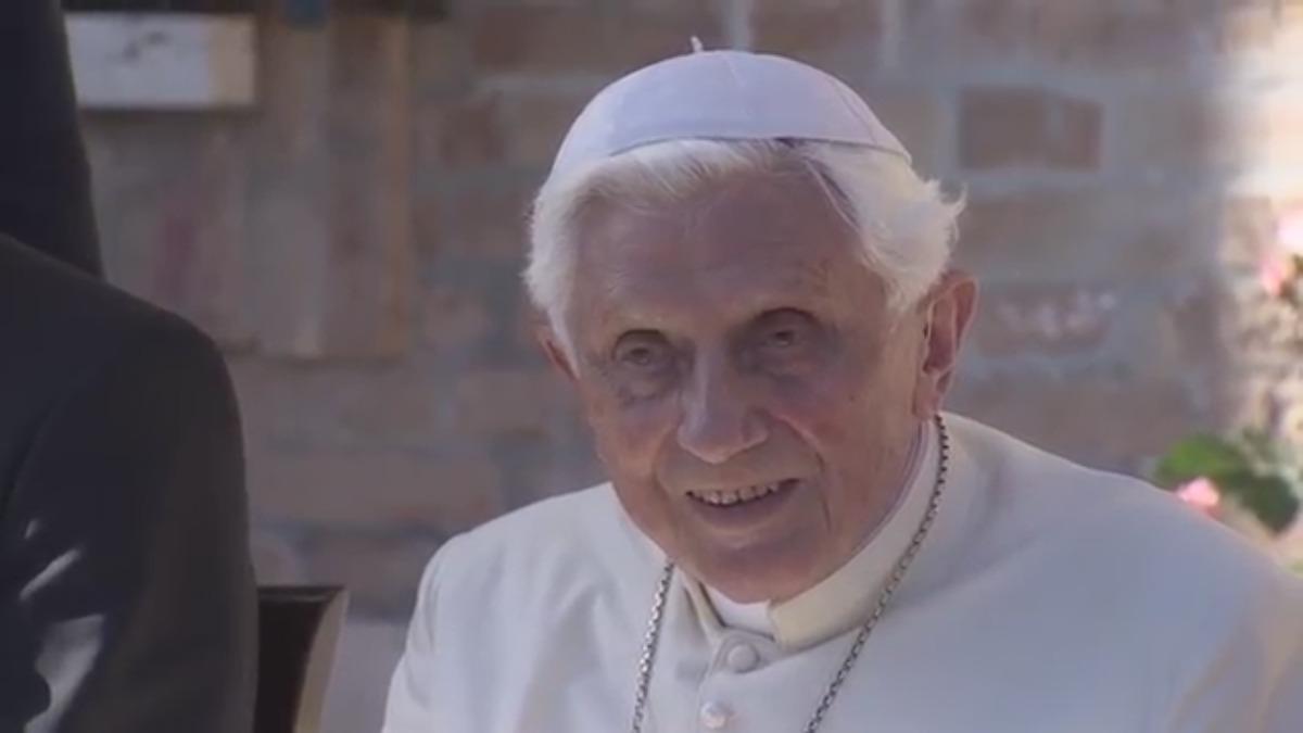 El papa festejó en los jardines del monasterio Mater Ecclesiae en El Vaticano.