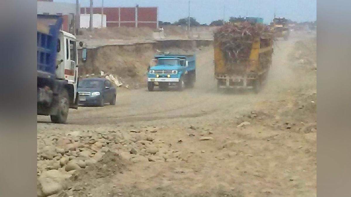Como se ve en el vídeo, los carros pasan por el carril de tierra y cuatro metros arriba se encuentra la verdadera pista.