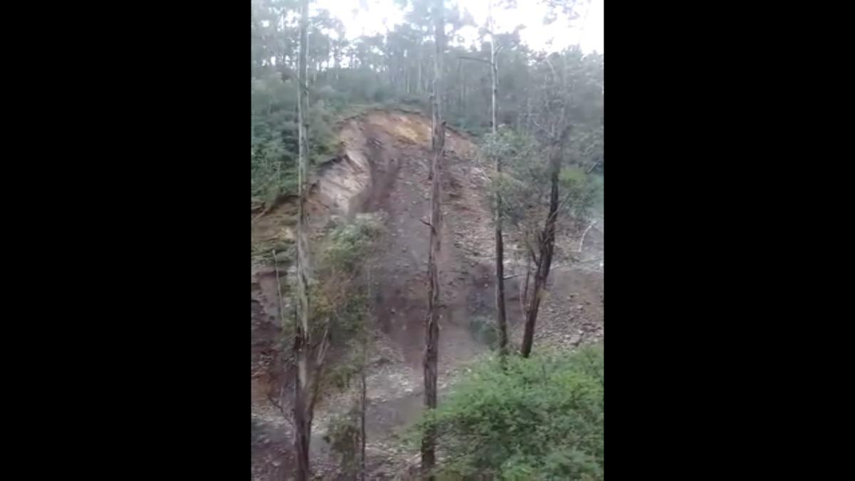 Aún continúan los deslizamientos del cerro que sepultó al señor.