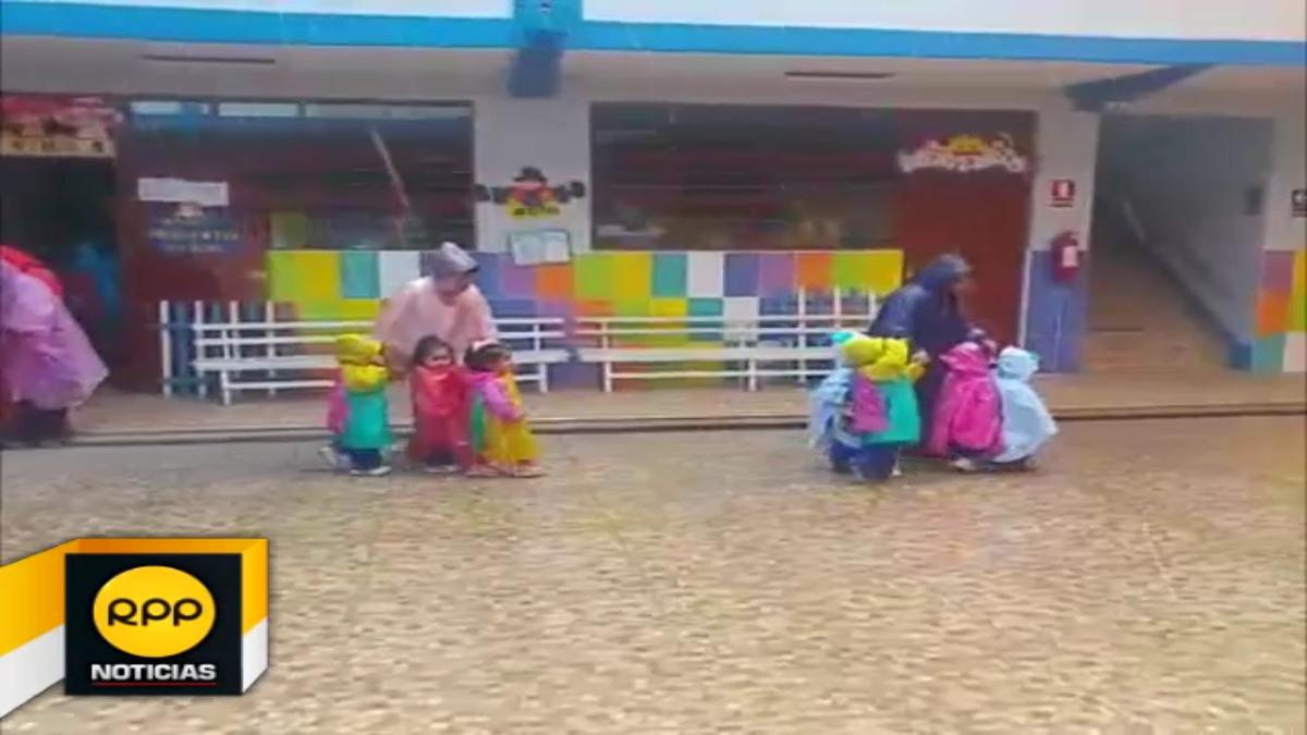 De forma ordenada, los menores fueron evacuados al segundo nivel de su institución debido a que el las aulas del primer piso quedaron inundadas.