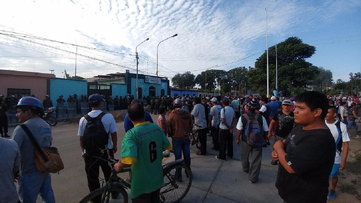 PNP y manifestantes se concentraron en comisaría.