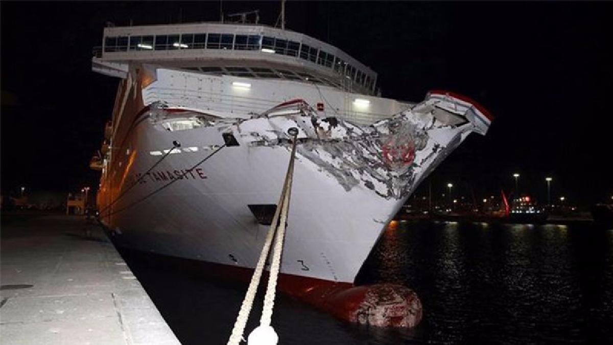 Tras el impacto el barco recuperó la energía y pudo llegar a otra zona del puerto para anclar con la ayuda de dos remolcadores.