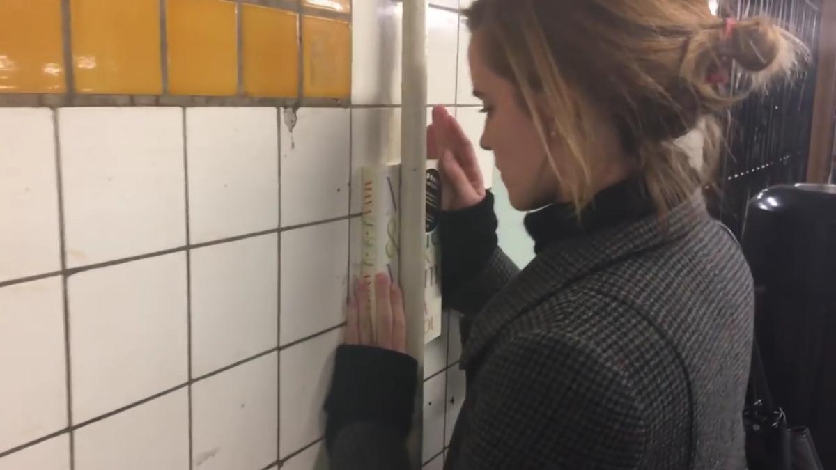 La actriz inglesa promueve el proyecto comunitario Books on the Underground, que busca incentivar la lectura.