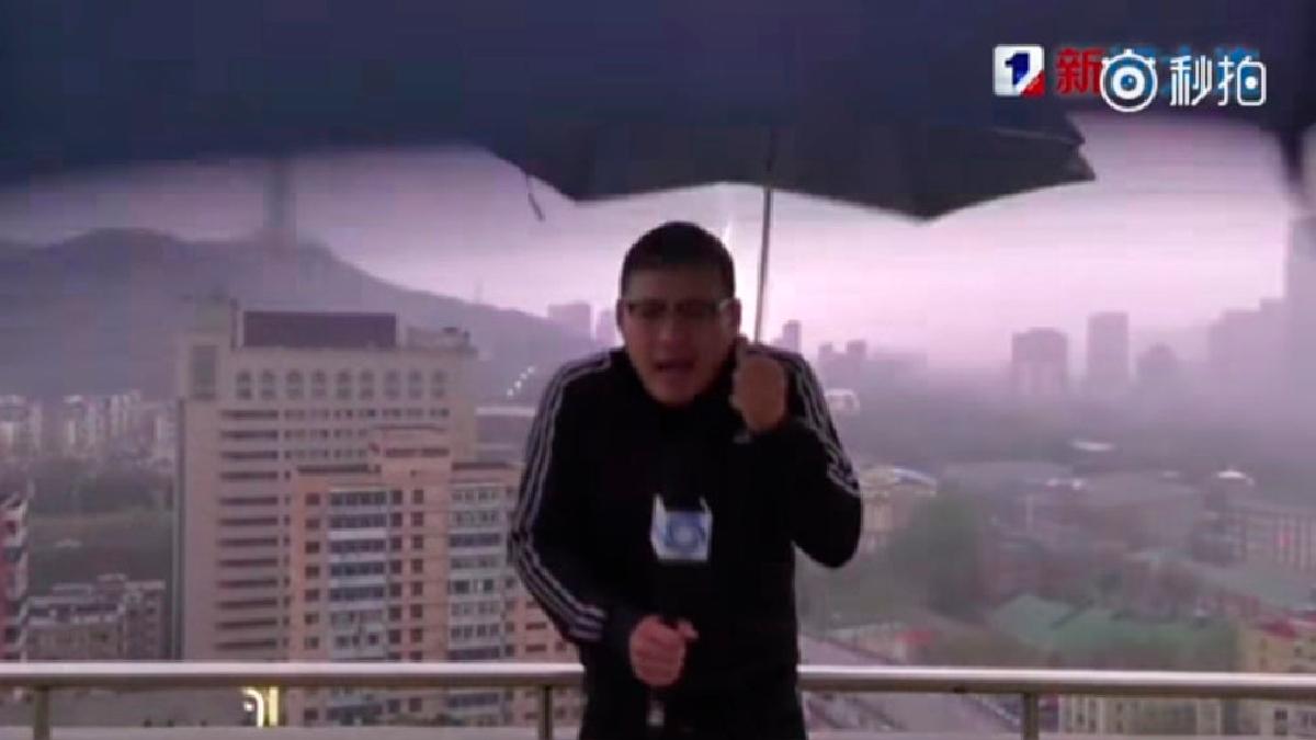Resultado de imagen para [Video] Periodista daba reporte del clima cuando fue impactado por un rayo