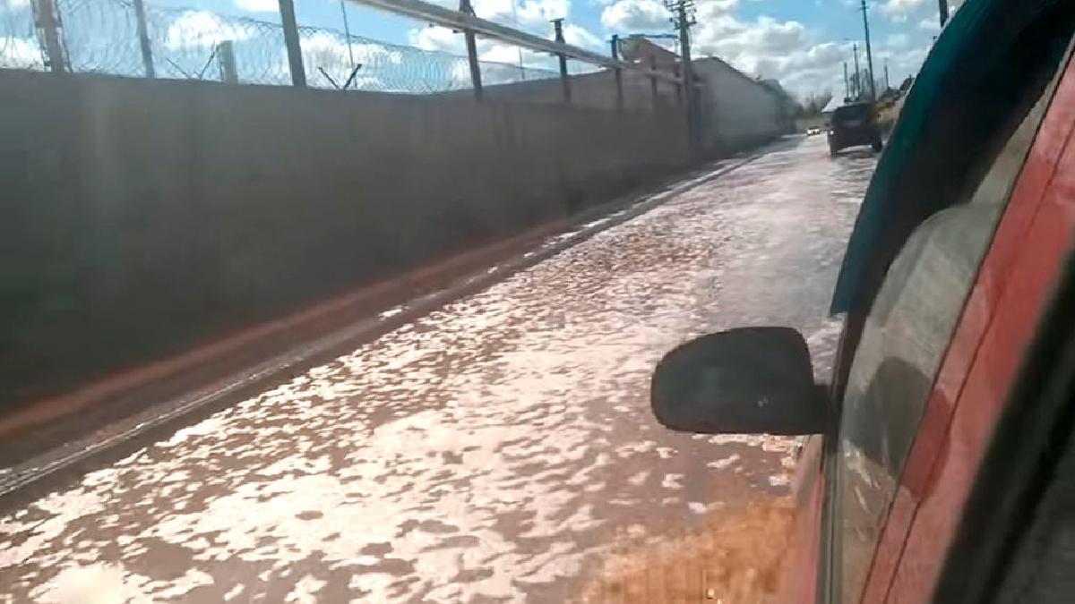 Un accidente en una planta embotelladora inunda de jugo de frutas una ciudad rusa.