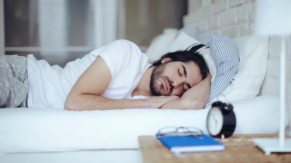 Dormir proporciona muchos beneficios: reduce el riesgo de obesidad y enfermedades crónicas como los infartos cardiovasculares e incrementa la eficacia del sistema inmunológico frente a infecciones.