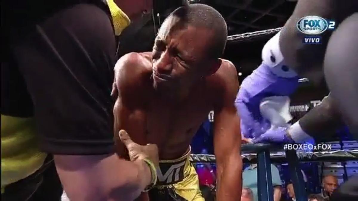 Carlos Zambrano no pudo ponerse de pie y el réferi terminó la pelea.