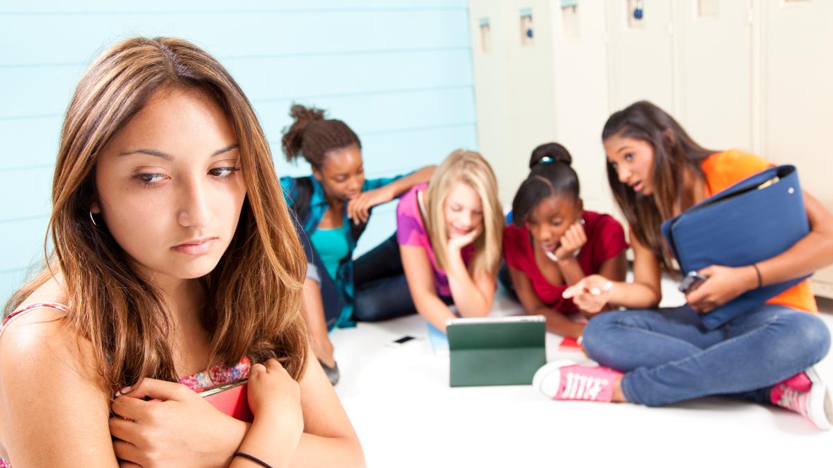 Promover habilidades sociales es una forma de prevenir la depresión en adolescentes que puede llevar a autolesiones.