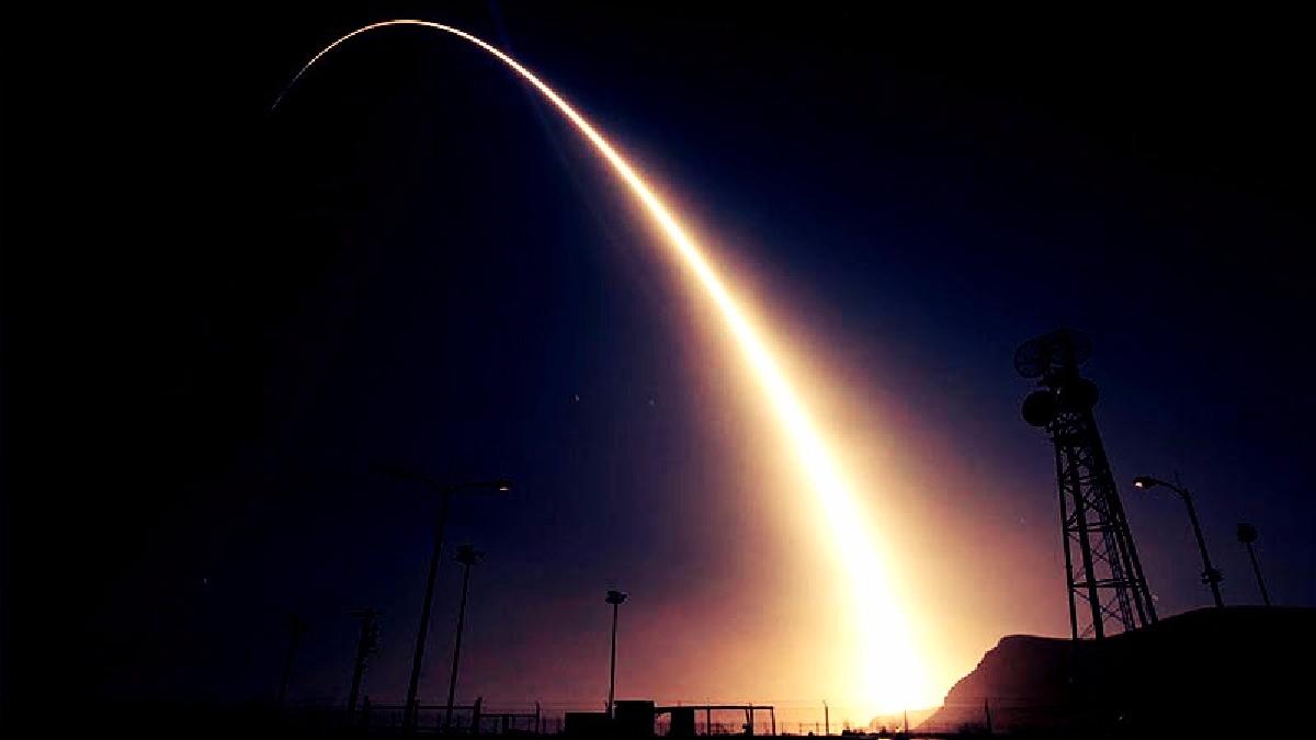 El misil fue lanzado desde la base aérea Vandenberg en California y yuvo como objetivo un punto a casi 6.000 kilómetros en el Océano Pacífico.