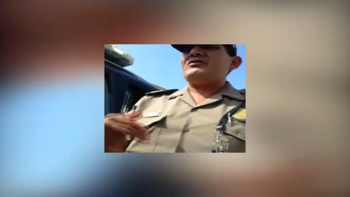 En el vídeo se aprecia como el supervisor de seguridad lo agrede verbalmente y la un policía lo hace desnudar para ver si tenía algo robado en su interior.