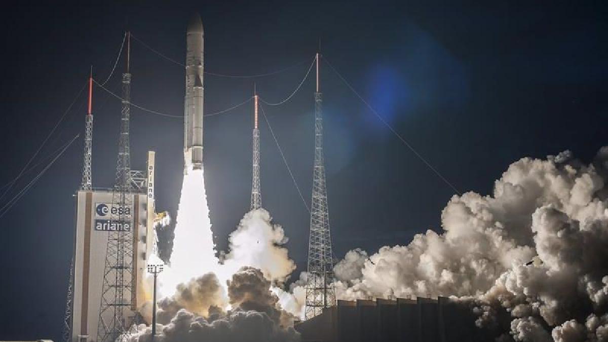 El satélite, con 5,8 toneladas de peso, 5 metros de altura y una vida útil de 18 años, orbitará a 36.000 kilómetros de la Tierra y cubrirá todo el territorio brasileño y parte del océano Atlántico.
