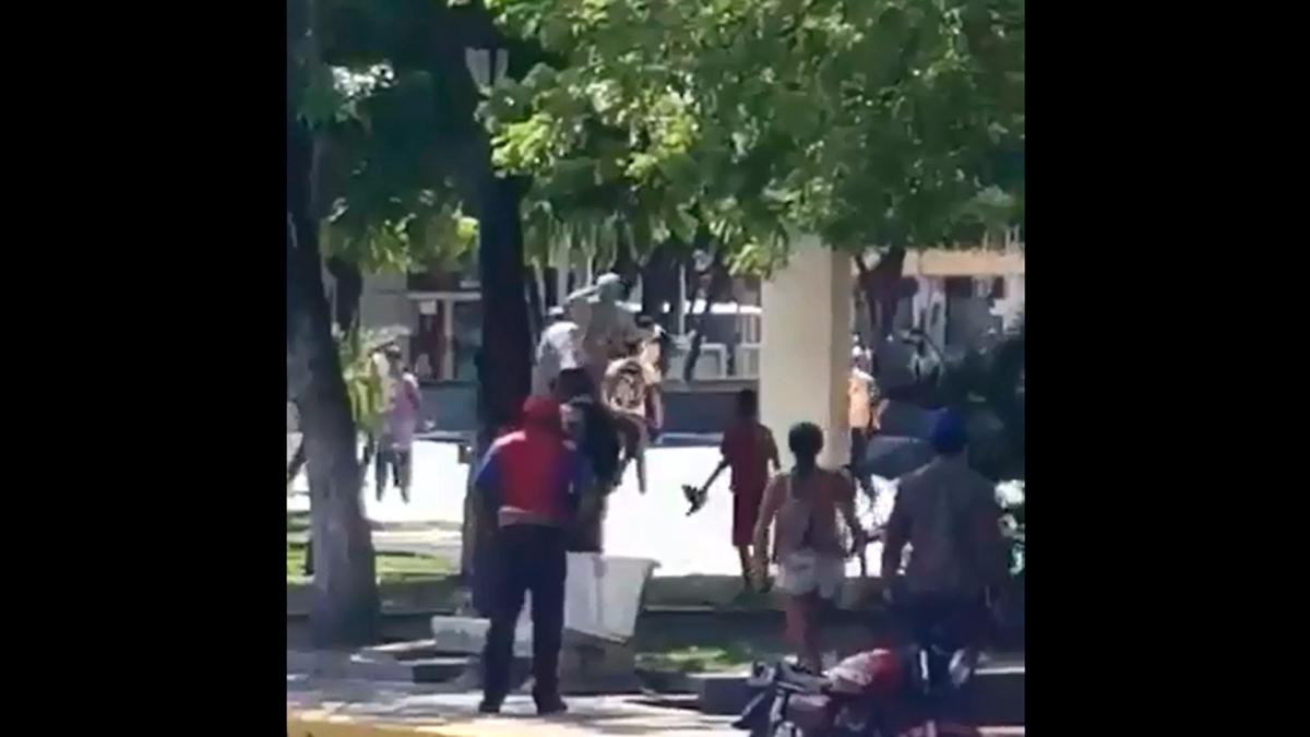 En los videos se escucha las voces de celebración de los manifestantes una vez caída la estatua.