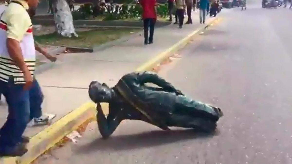 Los manifestantes derribaron la estatua de Chávez y la golpearon en el asfalto hasta destruirlo.