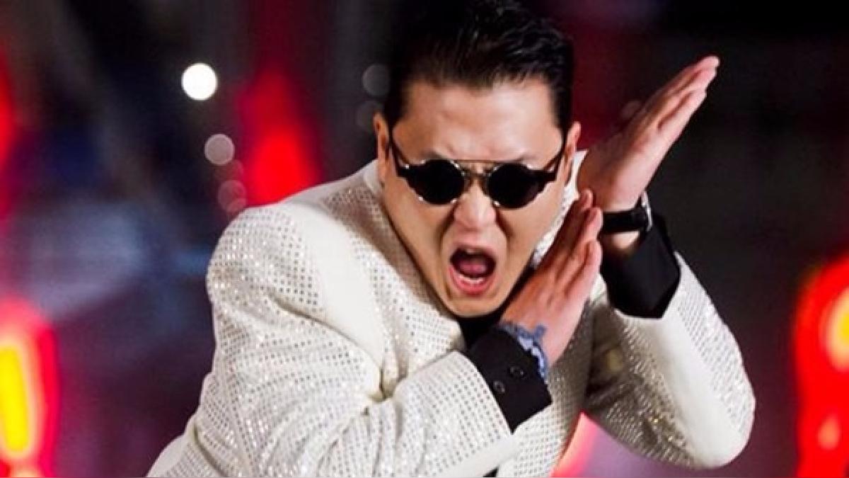 Psy persiste con el estilo histriónico y humorístico que lo catapultó a la fama.