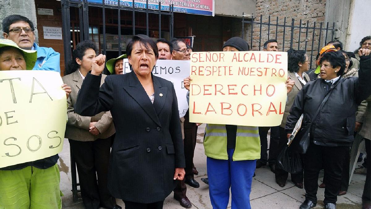 Los trabajadores con carteles en mano exigieron el pago de las deudas atrasadas.