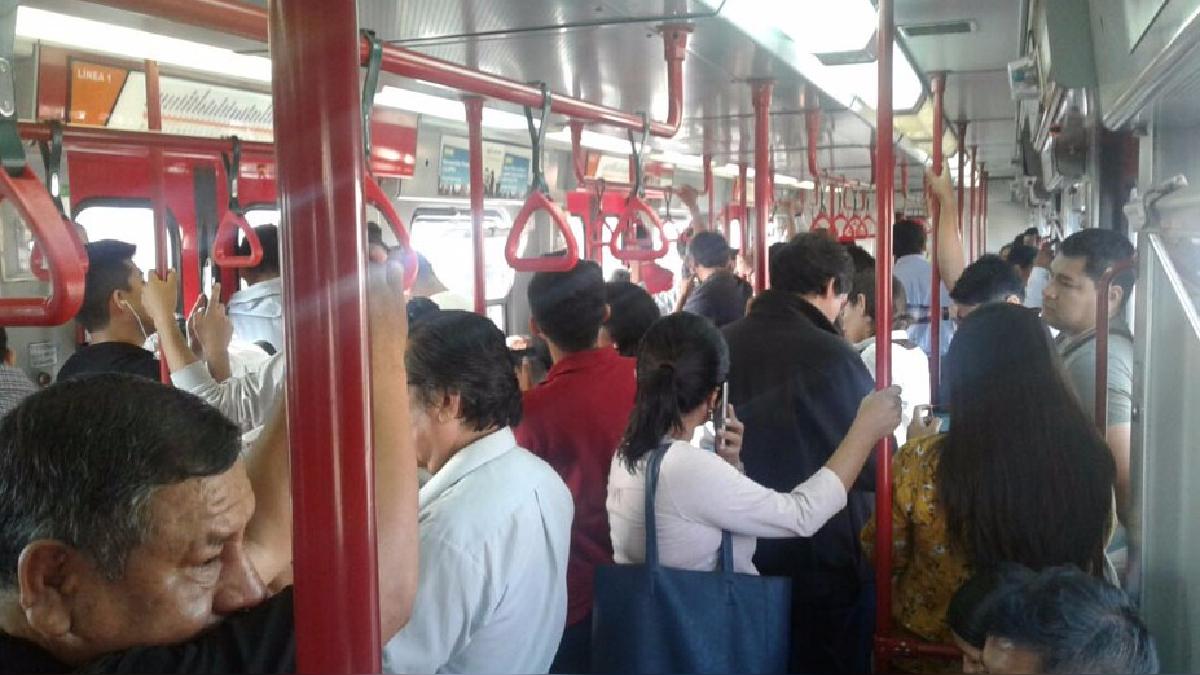 Así estuvieron por varios minutos los usuarios del Metro de Lima, tras estar suspendidos en pleno recorrido por una desperfecto mecánico.