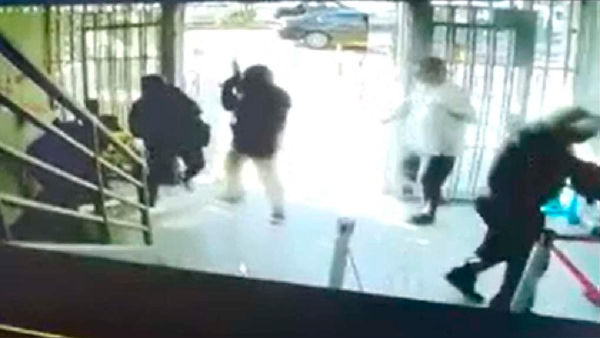 Los asaltantes iban encapuchados y usaron armas cortas.
