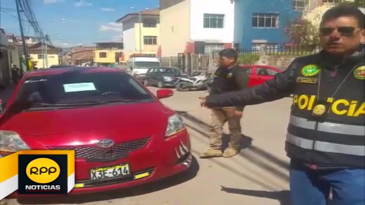 Sujetos utilizaban vehículo rojo para asaltar a incautos ciudadanos que tomaban sus servicios a altas horas de la noche.