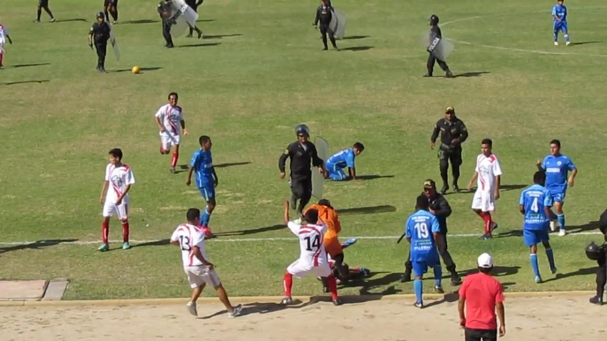 La bronca se inició tras el pitazo final del árbitro del encuentro.