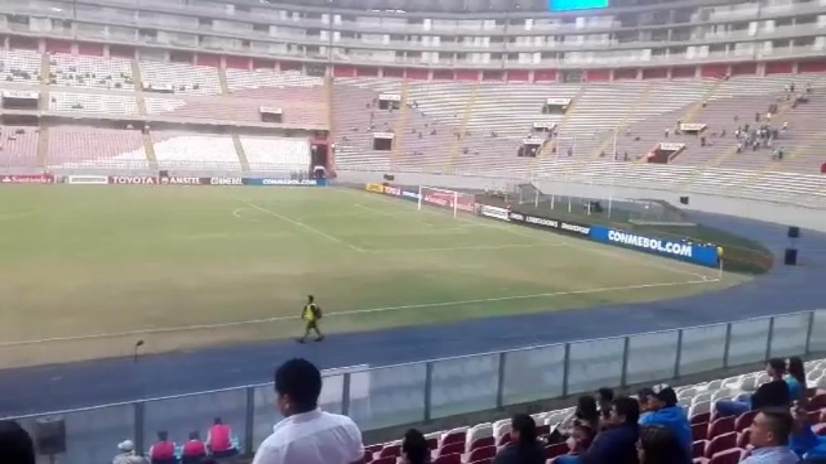 Sporting Cristal tuvo que sortear la mala cancha en el duelo ante Independiente Santa Fe.