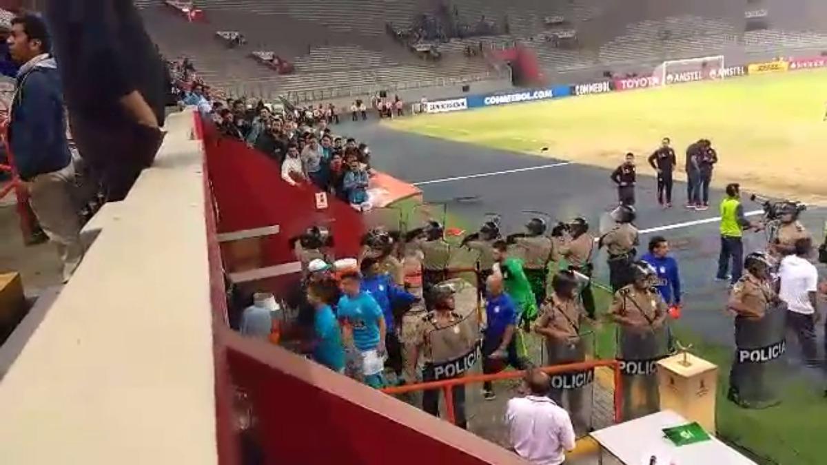 Dirigentes y jugadores fueron insultados por los hinchas de Sporting Cristal.
