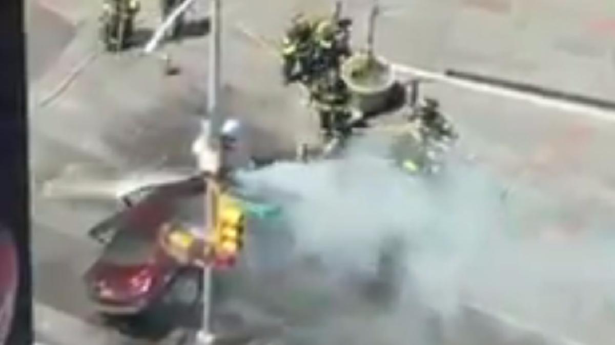 Así trabajaban los bomberos para controlar las llamas del auto