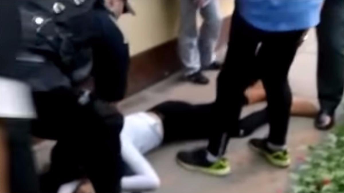 La joven de 17 años se resistió al robo de su celular.