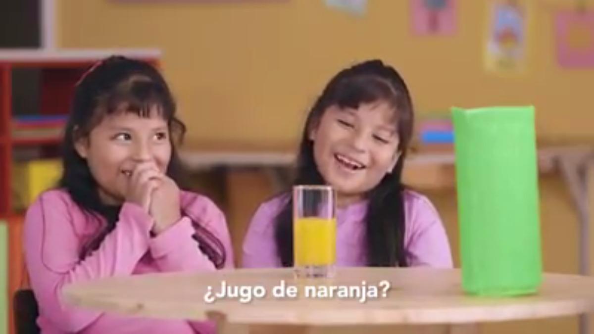 El video muestra a niños descubriendo los ingredientes de los jugos envasados.