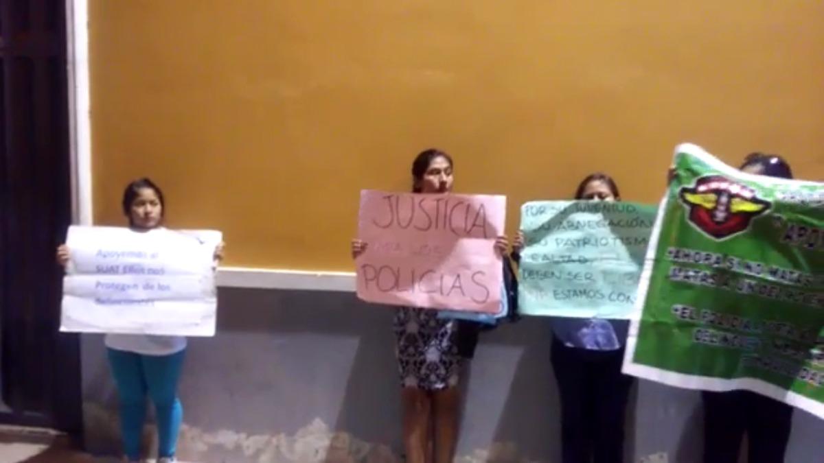 Familiares de los policías protestaron en las afueras de la la Corte de Justicia en Piura.