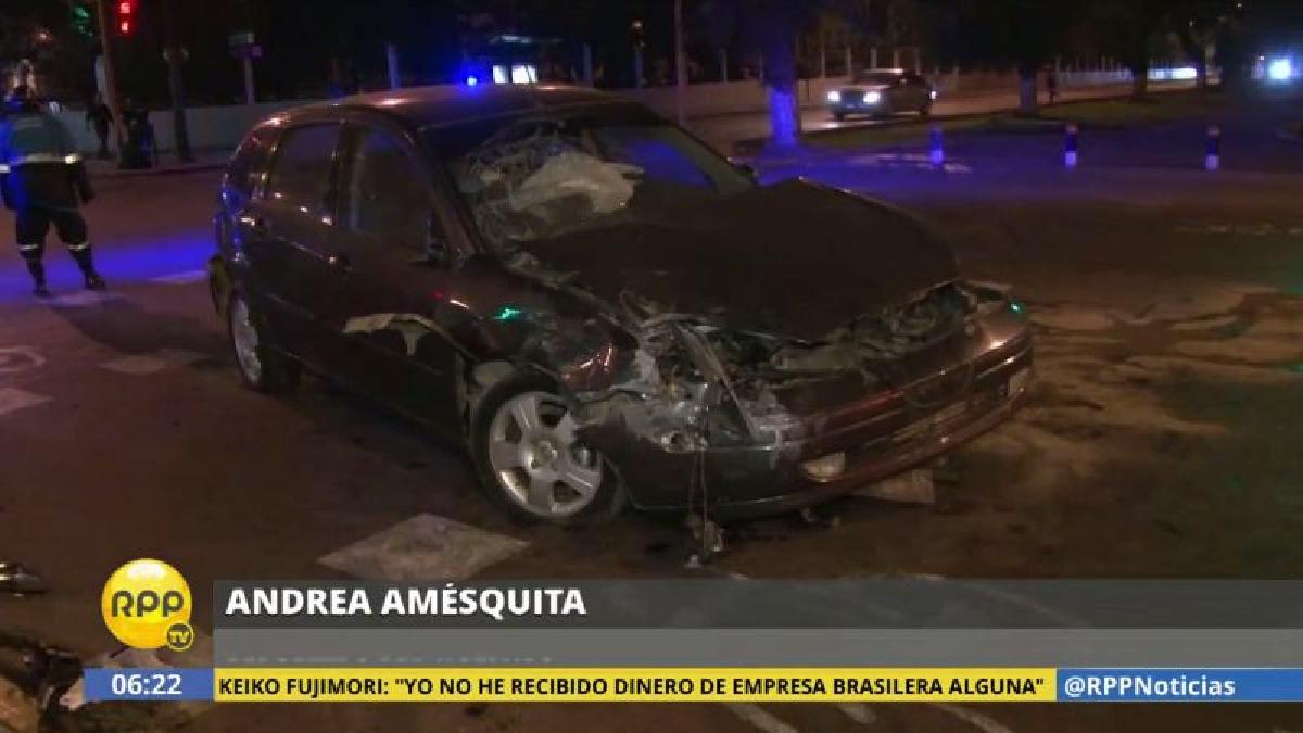 Un chofer no respetó la luz roja del semáforo y provocó este accidente.