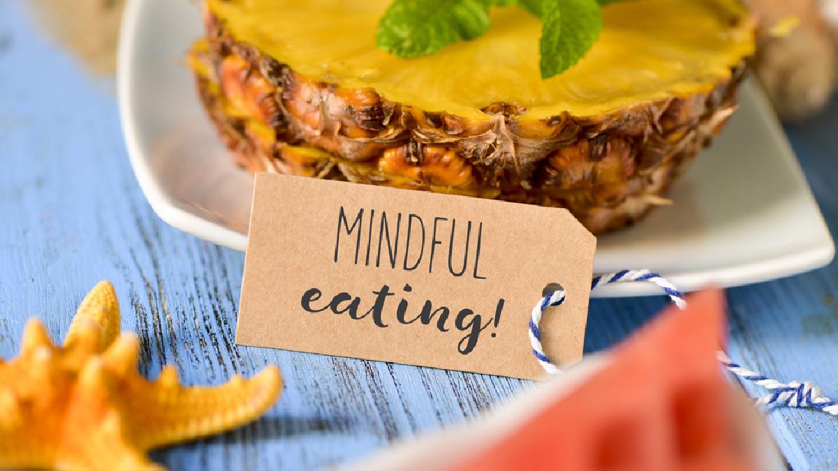 El estar más consciente de nuestros pensamientos, hace que nos demos cuenta si estamos comiendo por ansiedad.