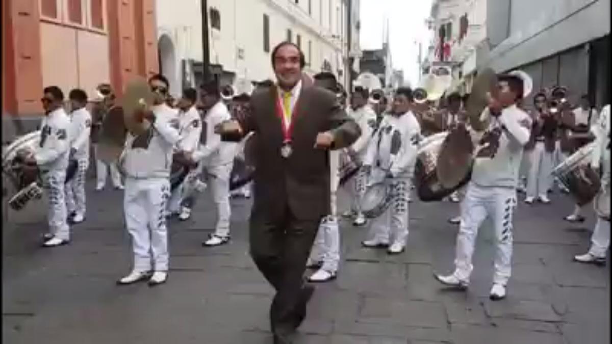 Yonhy Lescano bailó junto a la banda.