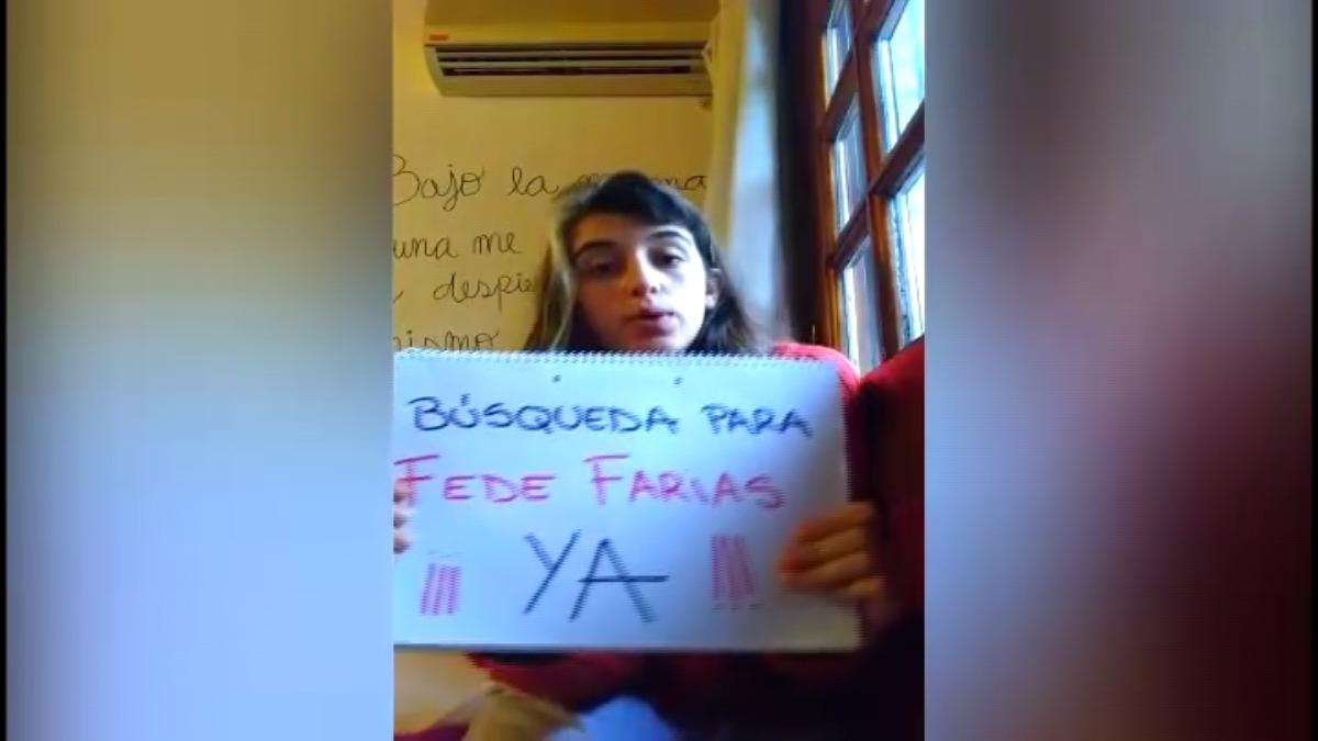 Compañera de Federico Farías muestra su cartel con el que se grabó a ella misma pidiendo ayuda para ubicarlo.