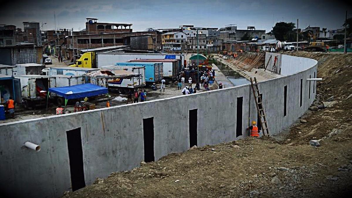 Los comerciantes ecuatorianos denunciaron que la construcción les generará pérdidas, mientras que el gobierno afirmó que busca frenar el comercio ilegal.