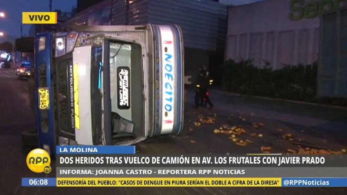 El camión se volcó en su camino hacia el Mercado Unicachi.