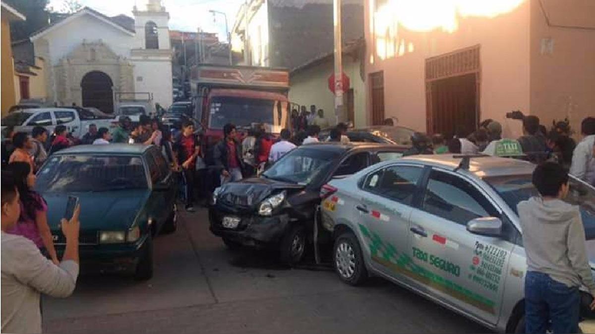 El vehículo transitaba por una calle empinada donde está prohibido el pase de unidades pesadas.