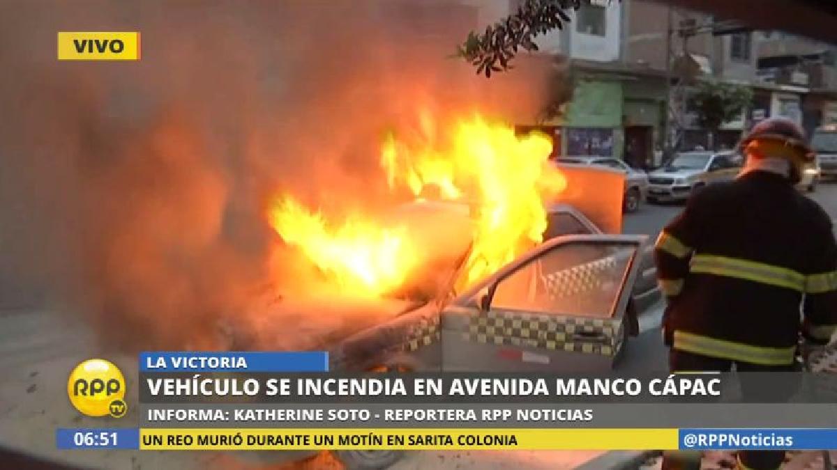 Gran preocupación causó el incendio de este taxi, ya que se temía que se produzca una explosión.