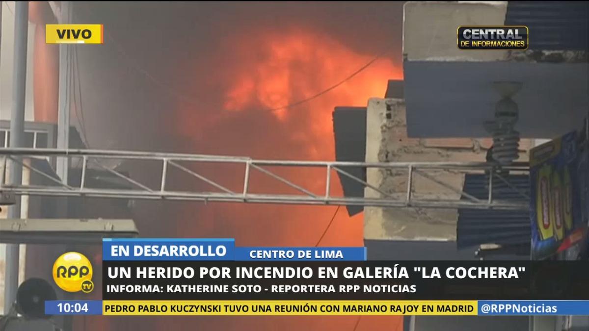 Hasta el momento, más de 30 unidades del Cuerpo General de Bomberos del Perú atienden el nuevo incendio en la galería La Cochera.