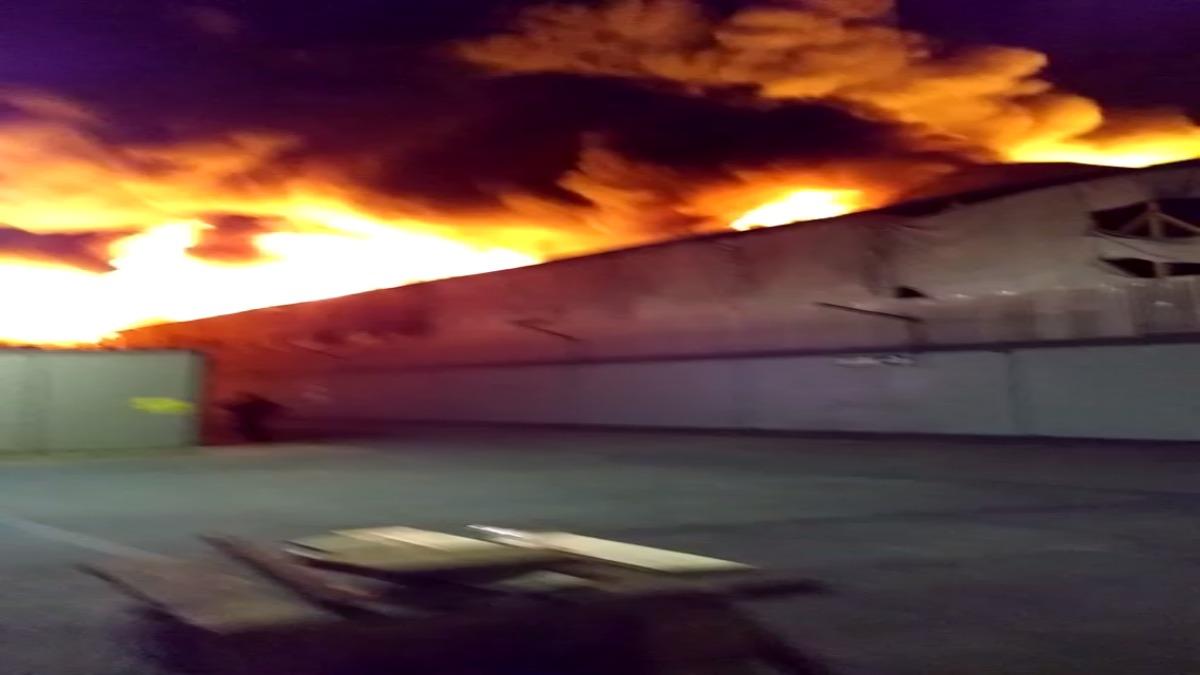 El incendio consumió una fábrica de plástico y utensilios.