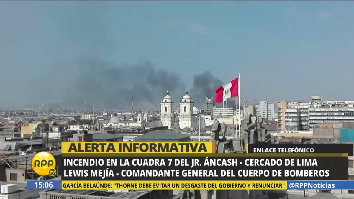 El incendio se registra a una cuadra de la sede del Congreso de la República.